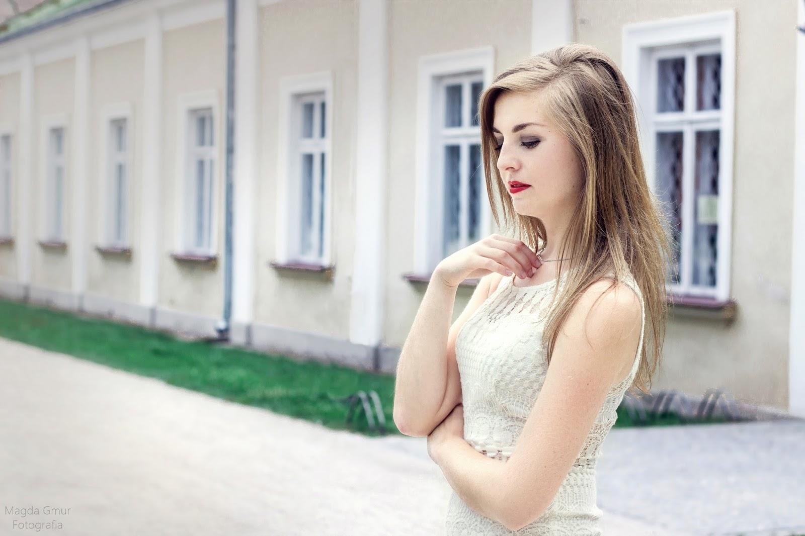 sesja w białej sukience, biała sukienka, biała koronkowa sukienka