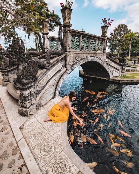 """Cái tên Tirta Gangga của cung điện có nghĩa """"nước chảy từ dòng sông Ganges"""". Nơi đây còn được biết tới như một mê cung nước với hệ thống hồ, đường dẫn nước phức tạp và các đài phun hình tháp lộng lẫy bố trí khắp nơi trong vườn. Trong đó, đài phun nước trung tâm có 11 tầng."""