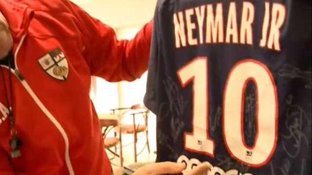 Megható: dedikált Neymar-mezzel segítenének egy súlyos balesetet szenvedő pécsi kisfiún – videó