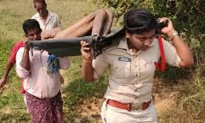mahila sab inspektar laavaaris shav ko 2 kilomeetar tak kandhe par uthaakar lae aur antim sanskaar kiya