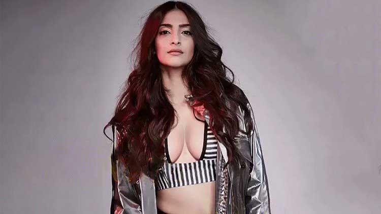 Sonam Kapoor Hot Big Boobs and Sexy Cleavage