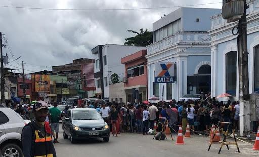População de Escada se aglomera em fila enorme na Caixa Econômica