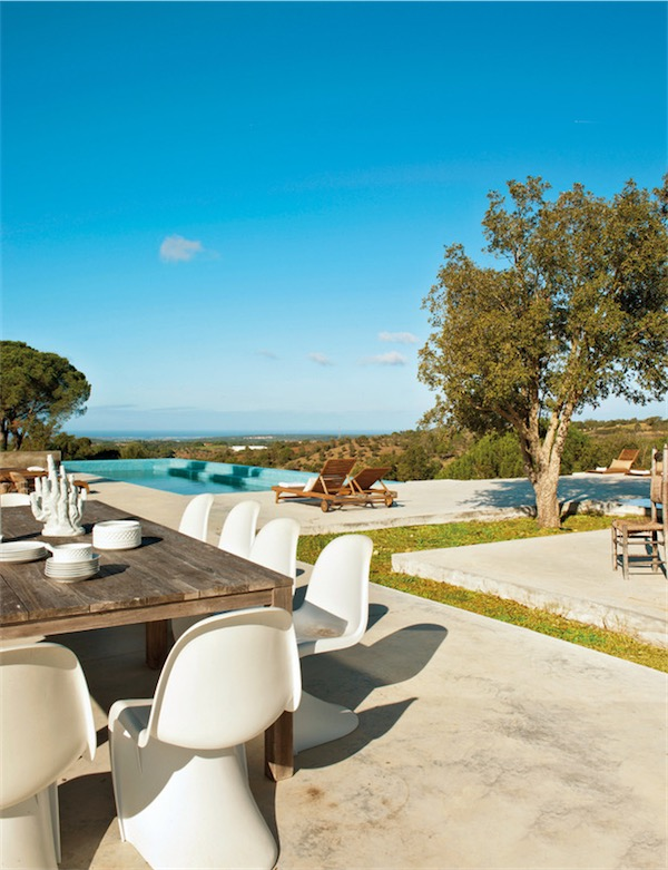 mesa exterior de madera con sillas phanton blancas chicanddeco