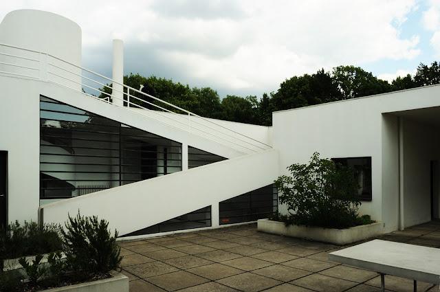 Teras ve engelli bireylere uygun rampanın yan görünümü.  Villa Savoye À Poissy / Dök Mimarlık