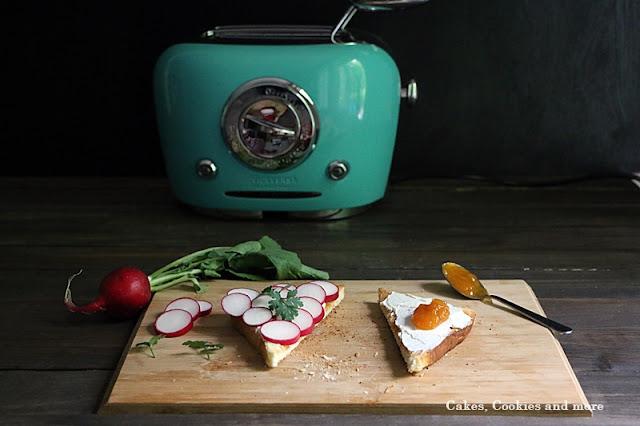 Toast mit Radischen und Marmelade