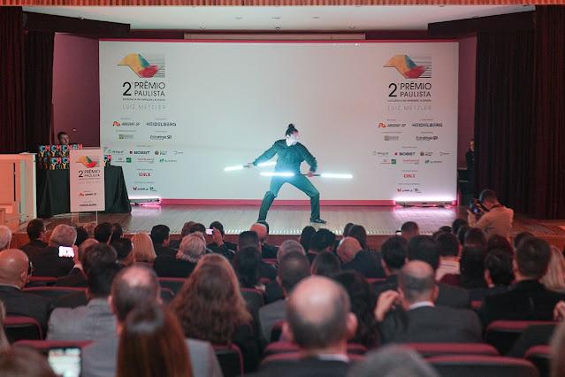 Atração de abertura Pixel Poi malabares com logomarca para abertura de evento de premiação Abigraf em São Paulo.