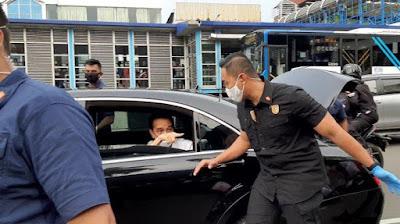 jokowi%2Bbagi%2Bsembako%2Btribunnews%2Bcom - Jokowi Bg-Bagi Sembako dr Mobil, Netizen Mencibir: Sekelas Presiden Caranya Begini?