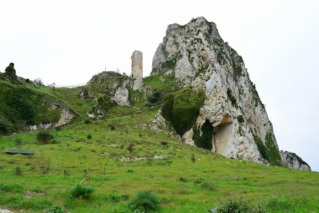 Ruines de la forteresse parmi les gros rochers.
