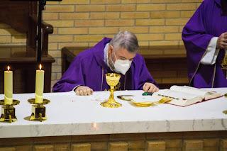 Nuestro arzobispo celebra la misa en la parroquia
