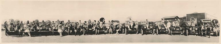 Photographie panoramique d'une exposition de voitures en Californie vers 1917