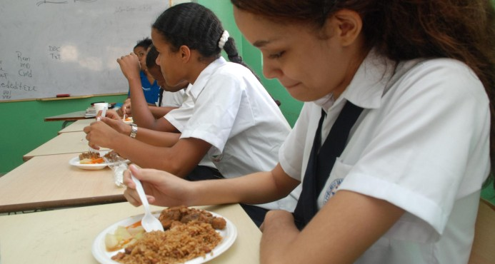 PUERTO PLATA: Hospitalizan veintisiete estudiantes al comer almuerzo escolar