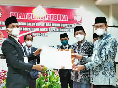 Ketua KPUD Loteng Lalu Darmawan saat menyerahkan hasil rapat pleno pemenang pilkada ke HL. Fathul Dr. HM. Nursiah