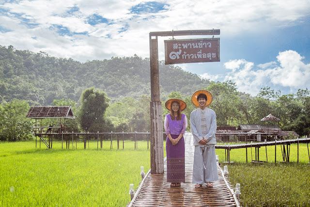 """Tỉnh Mae Hong Son có khá nhiều biệt danh nhưng phổ biến nhất là """"vùng đất của sương mù"""". Có thể ví Mae Hong Son như Sapa của Thái Lan vì nhiệt độ nơi này có khi giảm thấp xuống đến 0 độ C. Đa phần du khách đến Mae Hong Son chỉ ở lại trong khu trung tâm hoặc đến thị trấn Pai gần đấy. Nhưng đặc biệt nhất ở Mae Hong Son có lẽ chính là ngôi làng """"Phượng Hoàng Cổ Trấn"""" Ban Rak Thai này."""