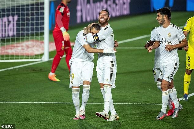 """Bắt chước Messi kiến tạo bằng pen, Ramos bị """"tuýt còi"""""""