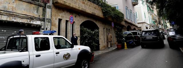 Un véhicule des forces de sécurité intérieure libanaises devant la maison de Carlos Ghosn à Beyrouth (Liban), le 31 décembre 2019. (ANWAR AMRO / AFP)