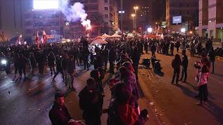 بيروت.. 75 مصابا في مواجهات بين الأمن ومحتجين قرب البرلمان (فيديو)