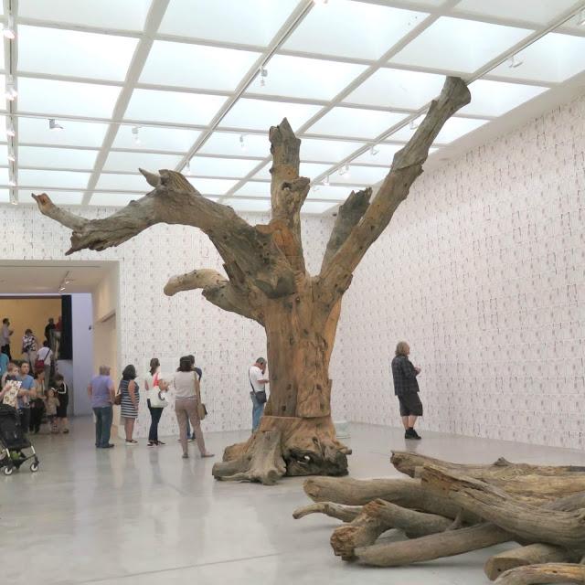 עץ מלאכותי מתוך תערוכה של איי ווייוויי