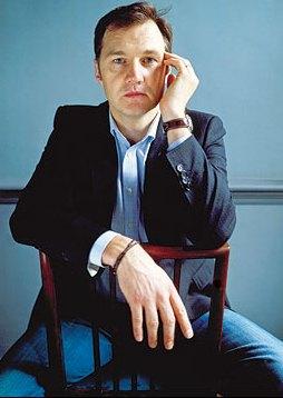 Foto de Morrissey posando sentado