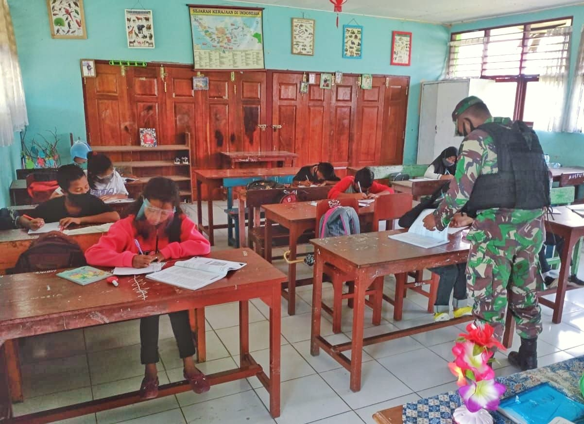 Perbantuan Tenaga Pendidik Terus Diberikan Satgas Yonif MR 413 Kostrad di Papua