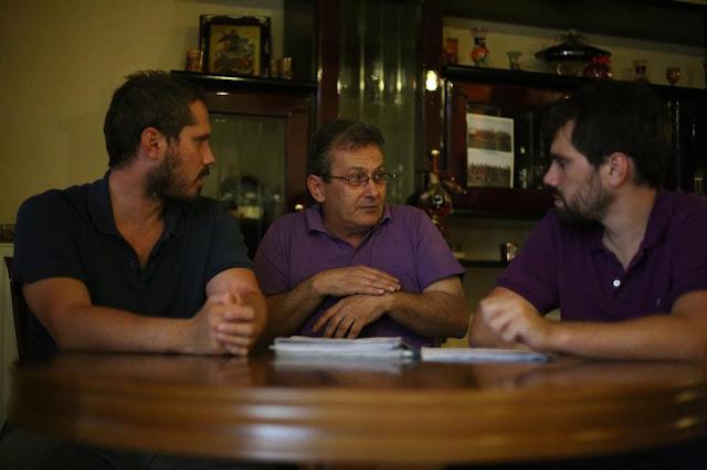 Συγκλονιστικο ρεπορταζ .Μια Οικογένεια στη Νίκαια του Πειραια Αρνείται να Παραδώσει το Σπίτι της στην Τράπεζα κι «Ας Χυθεί Αίμα»«Η εικόνα των αστυνομικών που χτυπούν την πόρτα, έχει μείνει ακόμη στο μυαλό μου. Κάθε βράδυ πέφτω για ύπνο και σκέφτομαι πως ε
