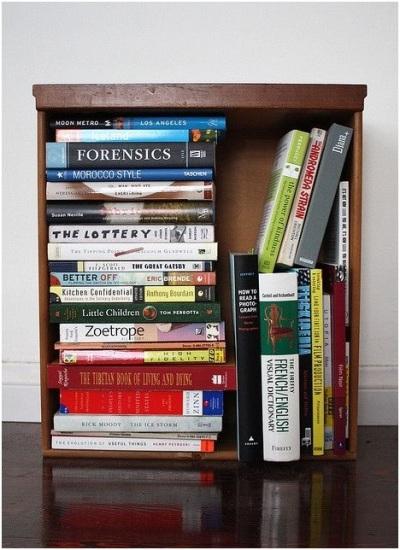 Buat rak buku dari laci bekas.
