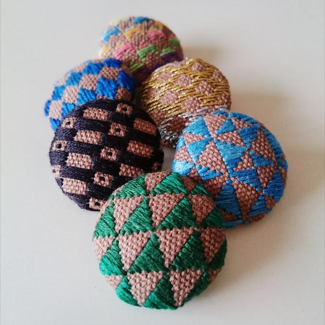 綿布、刺繍糸、プラスチック芯、裏地用フエルト、バッチの留め金