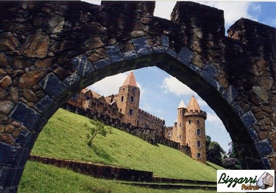 Construção do muro de pedra com a construção do castelo de pedra com a torre de pedra e os pórticos de pedra.