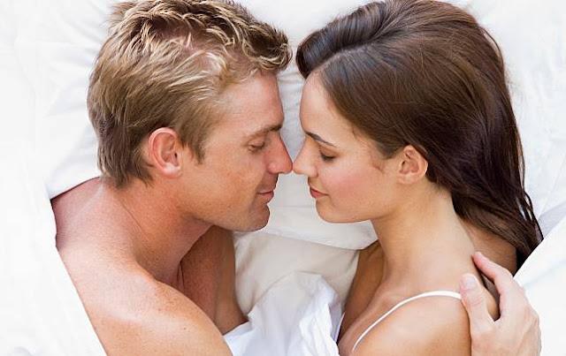Lakukan Ini Agar Suami Merasa Bahagia saat Bangun Tidur