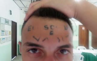Jovem tatuado na testa deixa clínica em SP: 'Ele não estava mais aderindo ao tratamento', diz psicóloga