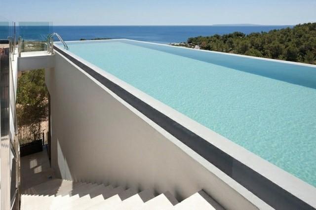 el tipo ms popular y ms prctico es la piscina de fibra es resistente y puede durar ms de 30 aos sin ningn problema y tambin se puede quitar en caso