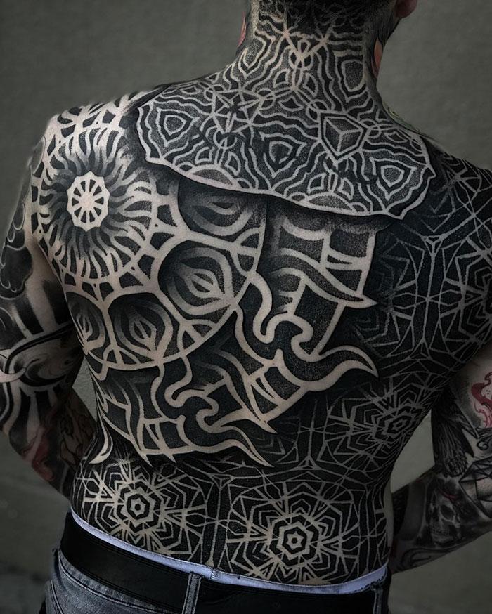 Un tatuaje geometrico en blanco y negro para hombre