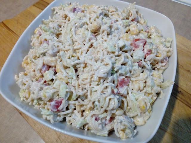 salatka z gotowanym kurczakiem salatka z zupek chinskich salatka z makaronem salatka z warzywami kurczakiem i makaronem salatka z kukurydza salatka sylwestrowa