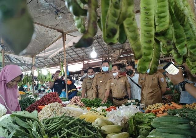 Jelang Puasa, Kepala Diskoperindag Dan UKM Besama Asisten II Pantau Persediaan Pangan Dan Harga Di Pasar Pangkalan Balai