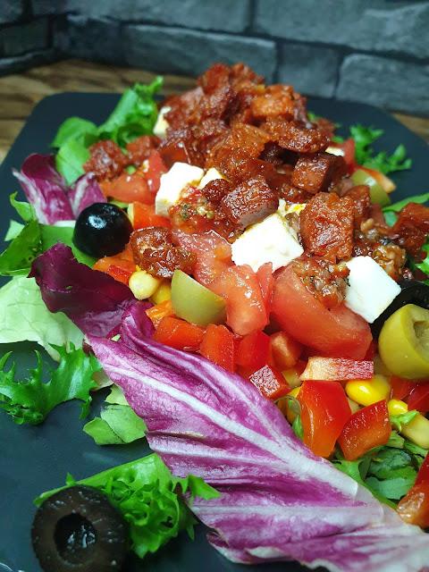 Lekko czosnkowa sałatka z chorizo i serem feta