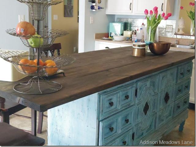 Cômoda na cozinha como armário e bancada para refeições