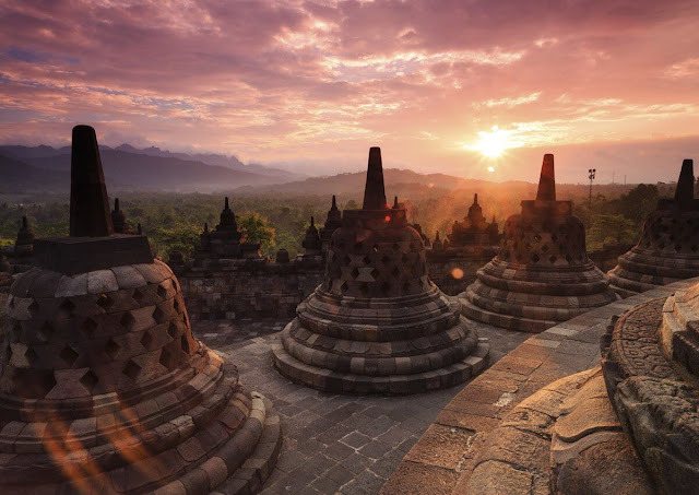 Theo dòng lịch sử, Yogyakarta có ít nhất 8 tên gọi và phát âm khác nhau. Nơi đây được coi là một trong những thành phố cổ nhất của quốc đảo thuộc vùng Đông Nam Á, cũng là trung tâm của nghệ thuật thủ công, âm nhạc, ballet và mua rối ở Java.