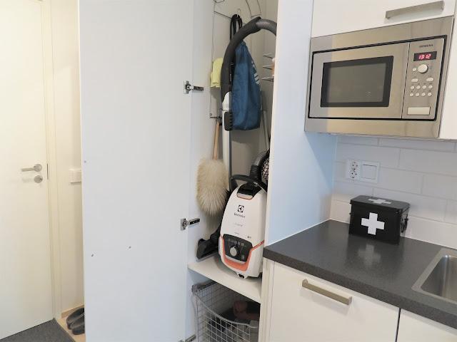 Siivouskaappi on eteisessä ennen keittiön alkamista