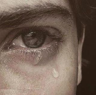 صور شاب يبكي وحزين ومقهور