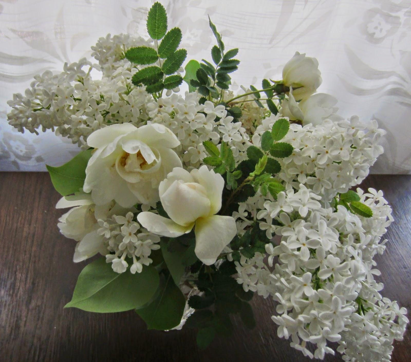 valkoiset ruusut, syreenit, juhannus