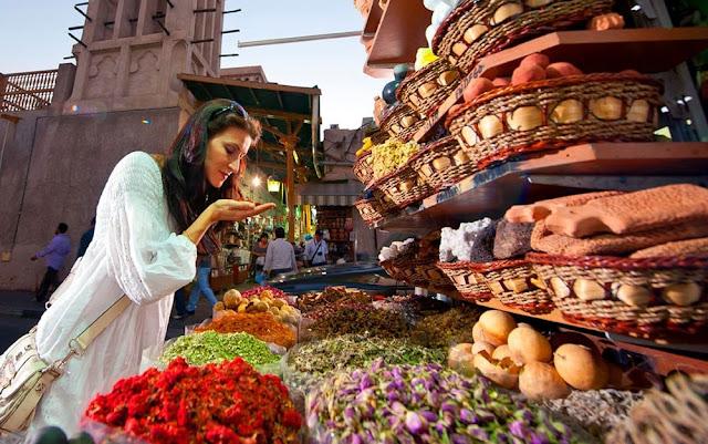 Mùi hương đặc trưng và những sắc màu sặc sỡ là ấn tượng đầu tiên của du khách khi đến Spice Souk. Khu chợ như bảng màu sặc sỡ và đặc quánh mùi hương tạo nên một cảm quan vô cùng độc đáo. Ở nơi này, du khách có thể dễ dàng tìm thấy những yếu phẩm đặc trưng của vùng Trung Đông như bột cà ri, ống quế cuộn,… Bên cạnh đó, nhiều gia vị bí truyền, búp hoa sấy khô, các loại hạt, nhục đậu khấu, trầm hương, trà thảo mộc cùng các loại mỹ phẩm từ Ấn Độ, Iran, Zanzibar Srilanka, Pakistan,… cũng là điểm nhấn thú vị ở nơi đây.