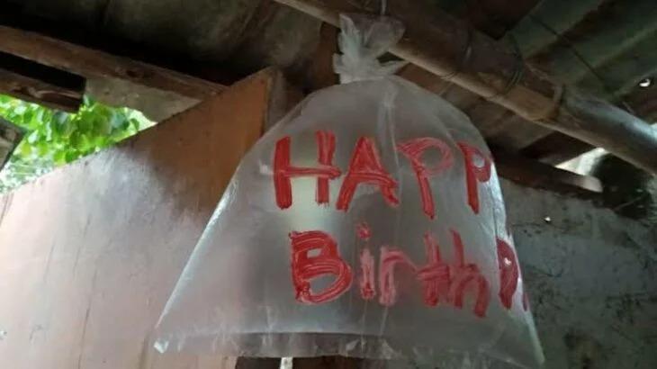 Niños no tenían dinero y usan bolsas de plástico como globos para la fiesta de su papá