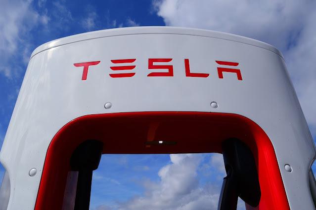 Hacekan Tesla con un dron