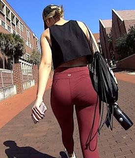 Sexy rubia cola redonda usando leggins deportivos