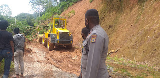 Polisi Bantu Korban Banjir Dan Tanah Longsor Di Kab .Luwu