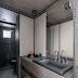 Banheiro preto e cinza revestido com malha de ferro no teto e paredes!