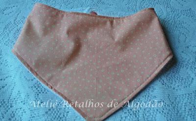 babador bandana rosa claro com bolinhas