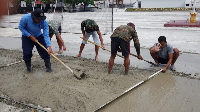 Prajurit Yonmarhanlan VIII Bitung Laksanakan Perbaikan Fasilitas Olahraga Batalyon