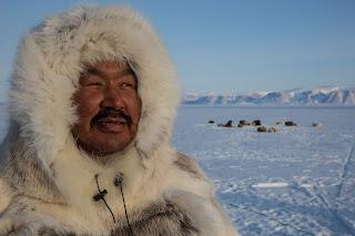 Uomo Inuit su una distesa di candido ghiaccio