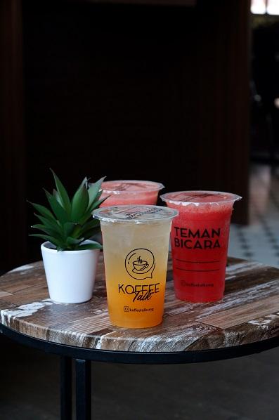 Jus jeruk, semangka, dan stroberi di Koffee Talk Semarang.