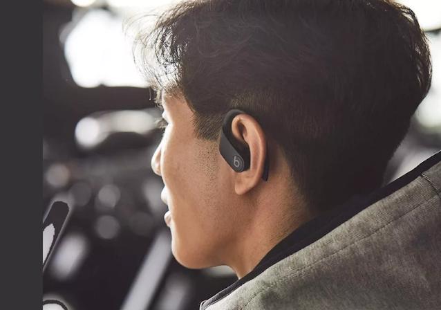 إذا كنت قد اشتريت منتجات Apple ولم يثبت أن AirPods Pro كافٍ ، فيمكنك تجربة Powerbeats Pro. تتميز سماعات الأذن الرياضية هذه بمزاياها الرائعة. لأحد ، أنها تحتوي على تصميم فريد ومضمون. هنا ، ينحني الجزء العلوي من البراعم بشكل أنيق حول الجزء الخلفي من الأذن ، مما يضمن عدم سقوطها حتى أثناء التمارين الشاقة. هذا التصميم يبدو أنيقًا وعصريًا. يوفر PowerBeats Pro صوتًا ديناميكيًا ويبرر علامة سماعات الأذن الرياضية.